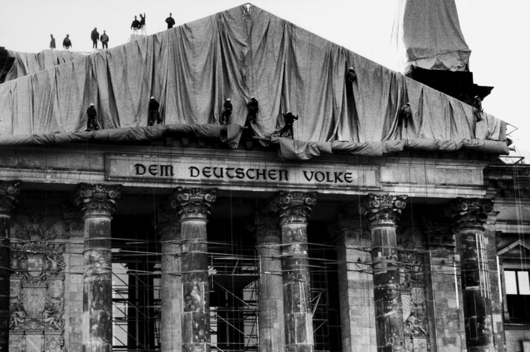 WrappedReichstag1971-95_Christo_01